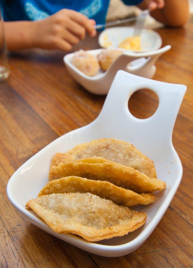 Parcela de pastelarias do atum (Empanadas) imagem de stock