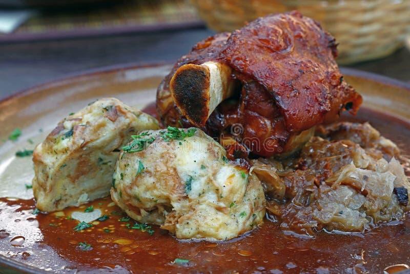 Parcela de pata roasted da carne de porco com bolinhas de massa fotografia de stock