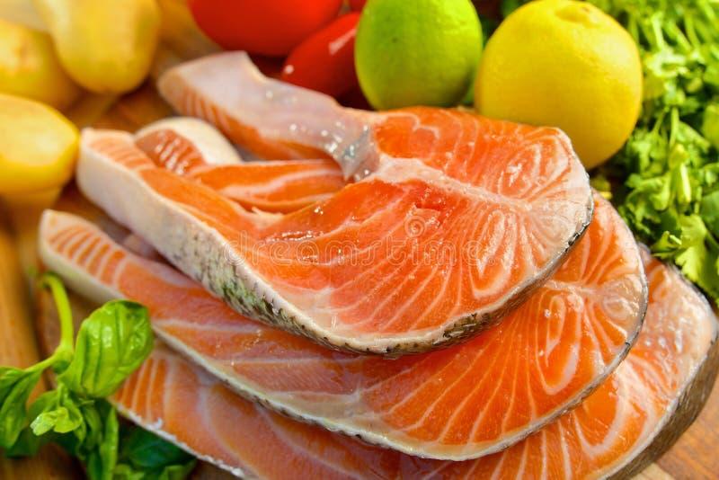 Parcela deliciosa de faixa salmon fresca imagens de stock royalty free