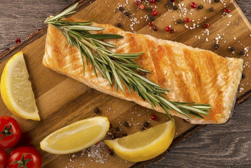 Parcela deliciosa de faixa salmon fresca imagem de stock royalty free
