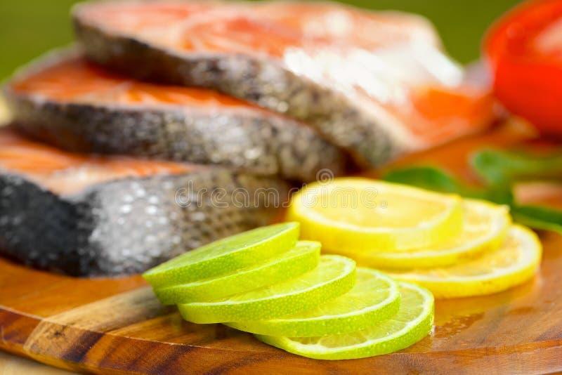 Parcela deliciosa de faixa salmon fresca com fotografia de stock