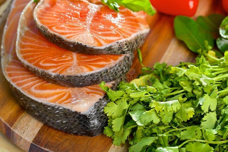 Parcela deliciosa de faixa salmon fresca com imagens de stock