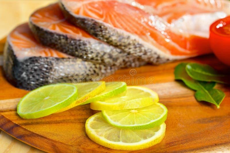 Parcela deliciosa de faixa salmon fresca com imagens de stock royalty free