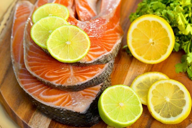 Parcela deliciosa de faixa salmon fresca com imagem de stock royalty free