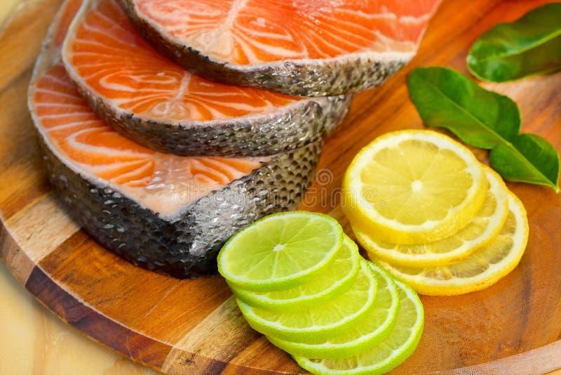 Parcela deliciosa de faixa salmon fresca com fotos de stock
