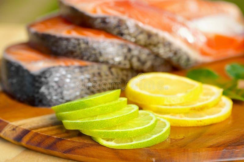 Parcela deliciosa de faixa salmon fresca com foto de stock