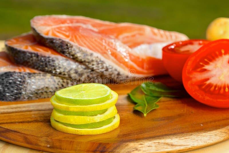 Parcela deliciosa de faixa salmon fresca com foto de stock royalty free