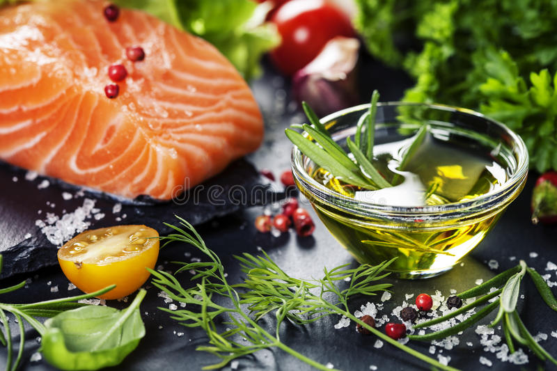 Parcela deliciosa de faixa salmon fresca com ervas aromáticas, fotografia de stock royalty free