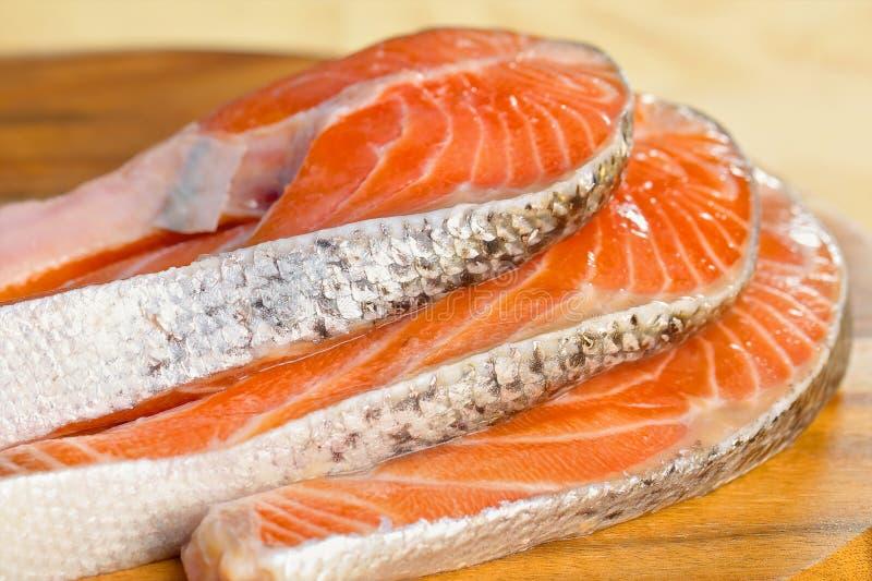 Parcela deliciosa de faixa salmon fresca na foto de stock