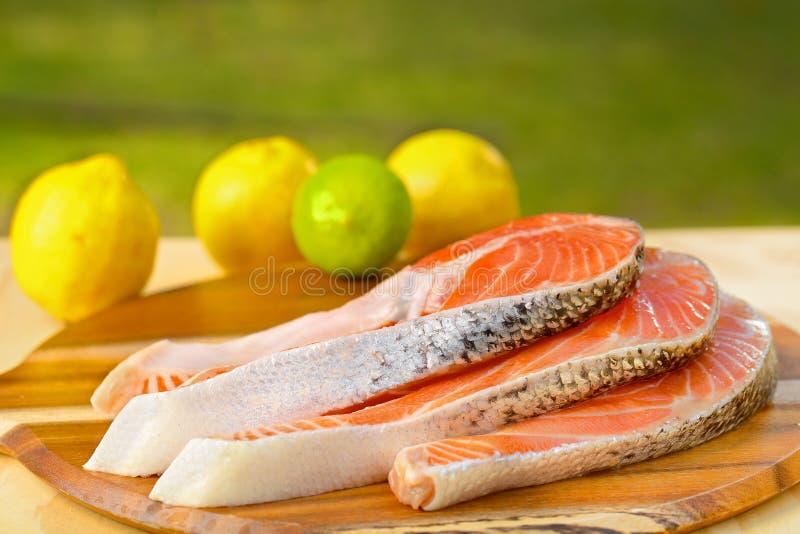 Parcela deliciosa de faixa salmon fresca na imagens de stock