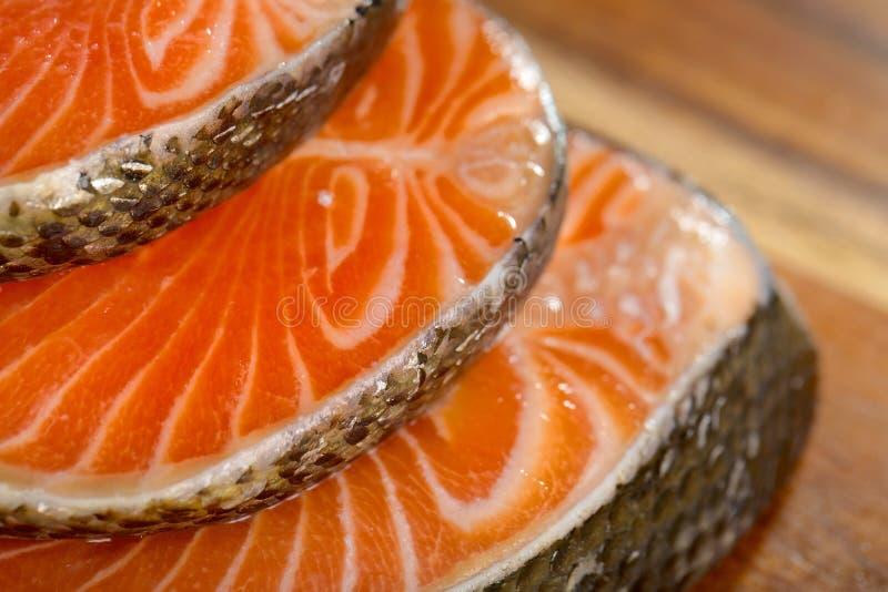 Parcela deliciosa de faixa salmon fresca na foto de stock royalty free