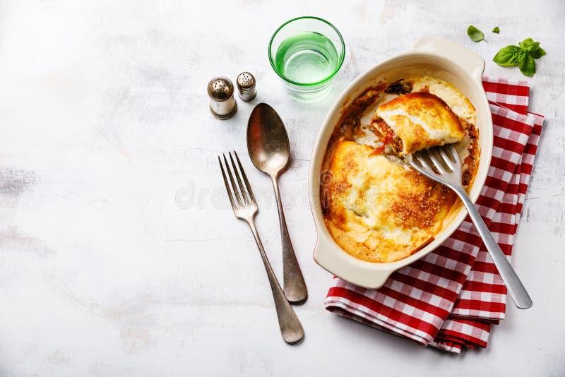 Parcela italiana tradicional bolonhesa do corte do alimento das lasanhas fotos de stock royalty free