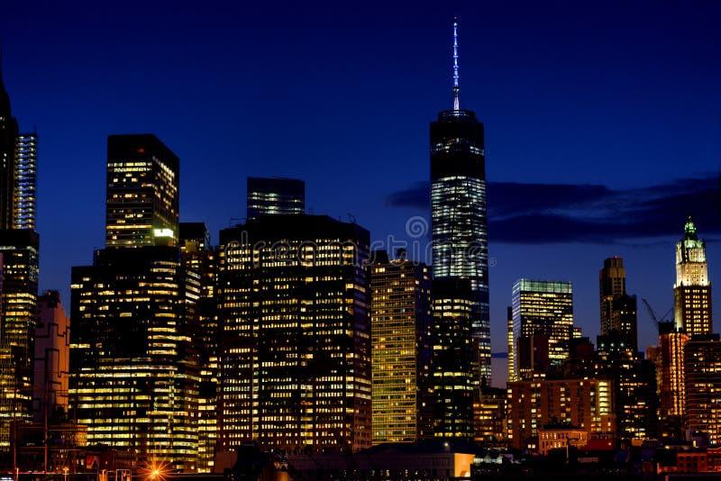 Parcela pequena da skyline de mais baixo Manhattan na noite imagem de stock