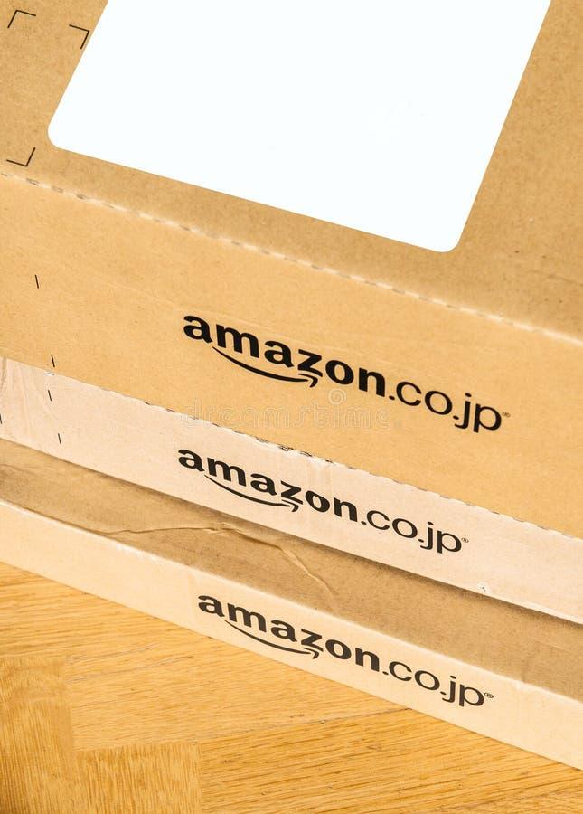 Parcele a caixa de cartão da prima das Amazonas da entrega vista de cima do assoalho imagem de stock royalty free