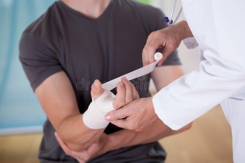 Parceling καρπός του ασθενή γιατρών στοκ φωτογραφία με δικαίωμα ελεύθερης χρήσης