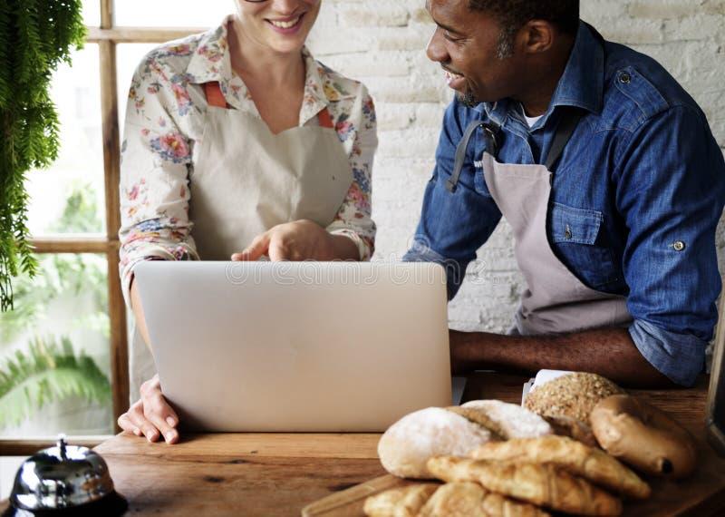 Parceria dos pares a padaria com o comércio eletrónico em linha fotografia de stock