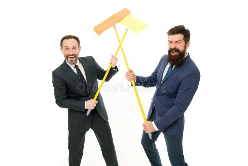 Parceria e trabalhos de equipa Ard?sia limpa Parceria da parede clara dos homens de negócios ao branco Empresa da limpeza Limpe o fotografia de stock royalty free