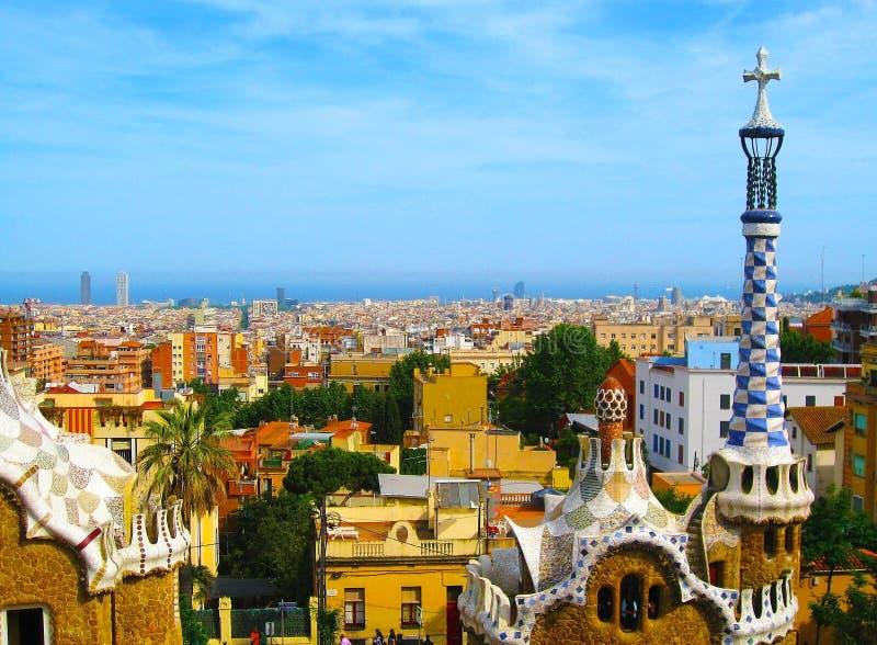 Parcheggi Guell dall'architetto Antoni Gaudi a Barcellona, Spagna Panorama della città di Barcellona fotografia stock libera da diritti