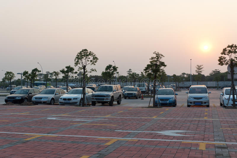Parcheggiando dopo il tramonto fotografie stock libere da diritti