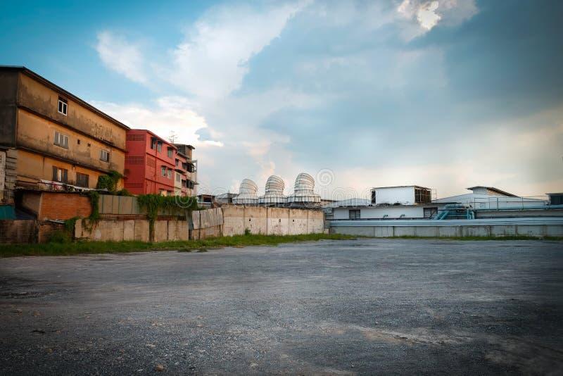 Parcheggiando e vecchia costruzione della fabbrica a Bangkok fotografia stock libera da diritti