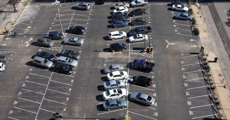 Parcheggio all'esterno dentro in città immagini stock libere da diritti