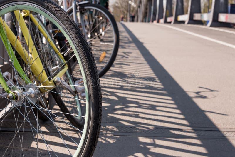 Parcheggio caotico in una città - trasporto, trasporto pubblico bici/della bicicletta - bici rubate, vecchie bici, furto della bi immagini stock