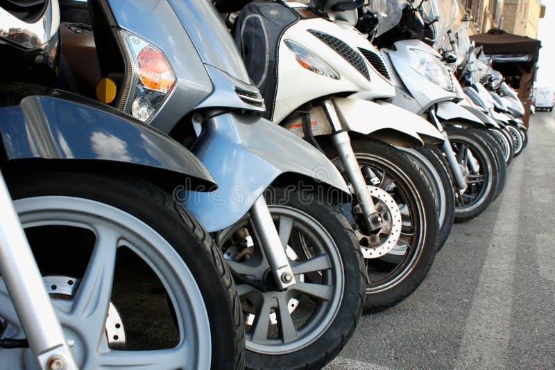 Parcheggio dei motorini nell'italiano Milano - immagine fotografia stock
