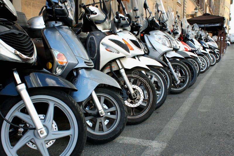 Parcheggio dei motorini nell'italiano Milano - immagine immagini stock libere da diritti