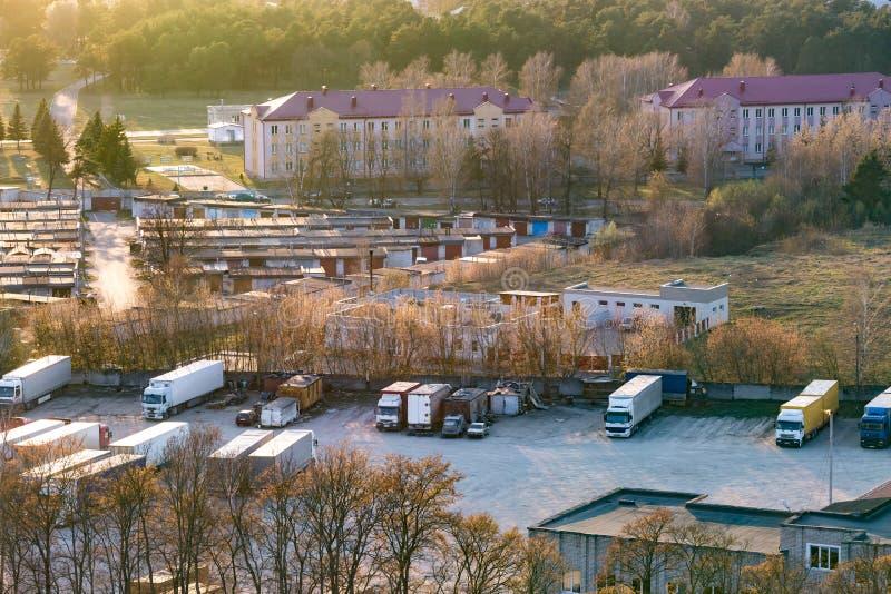 Parcheggio del camion da una vista di occhio dell'uccello fotografie stock