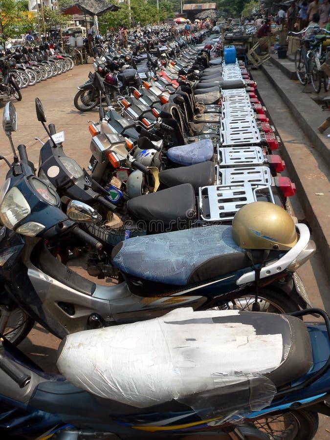 Parcheggio del motociclo. Mandalay, Myanmar (Birmania) fotografia stock libera da diritti