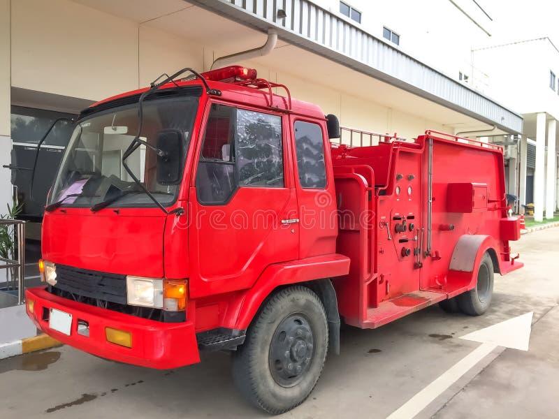 Parcheggio dell'ambulanza o del camion dei vigili del fuoco nella fabbrica fotografia stock libera da diritti