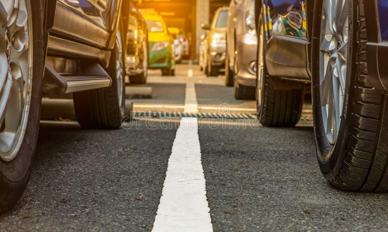 Parcheggio dell'asfalto dell'aeroporto o del centro commerciale Area di parcheggio dell'automobile per affitto Ruota del primo pi immagini stock libere da diritti