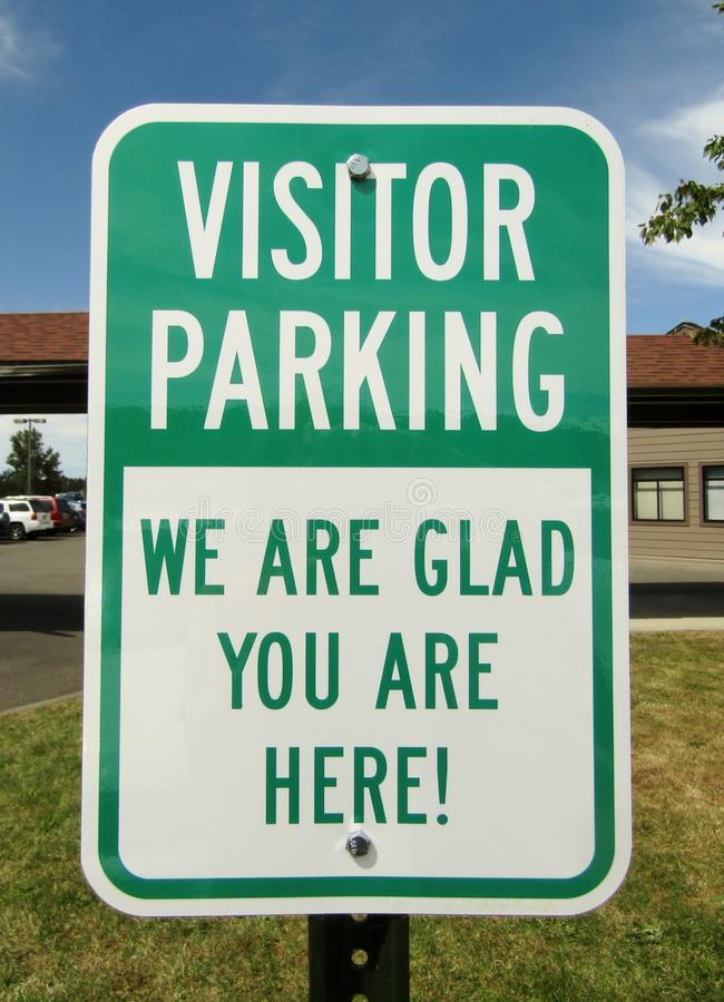 Parcheggio dell'ospite siamo felici voi siamo qui! segno fotografia stock libera da diritti