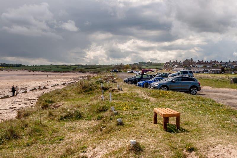 Parcheggio della spiaggia e di Alnmouth fotografia stock