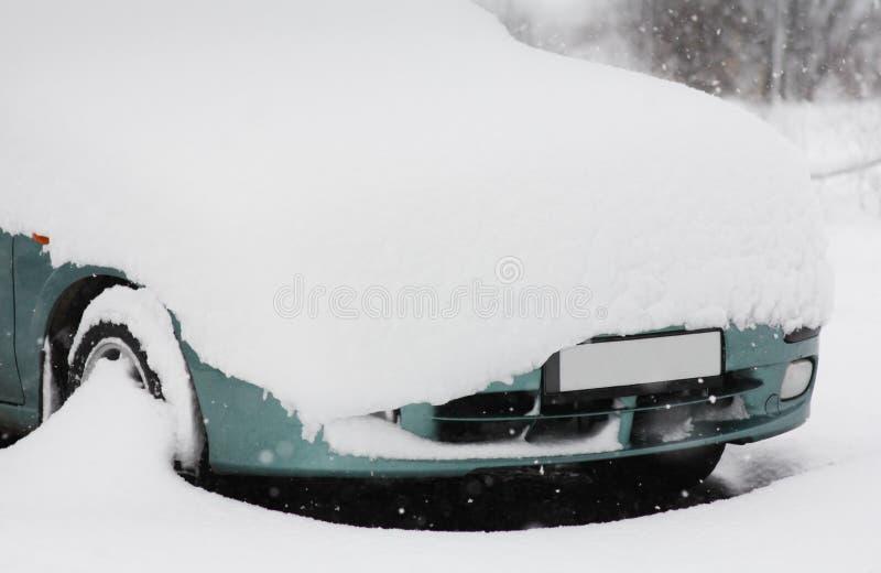 Parcheggio di inverno dopo le precipitazioni nevose