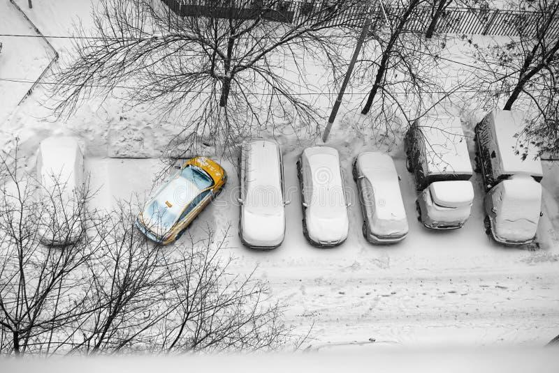 Parcheggio improprio delle automobili nell'inverno nell'iarda in taxi immagine stock libera da diritti