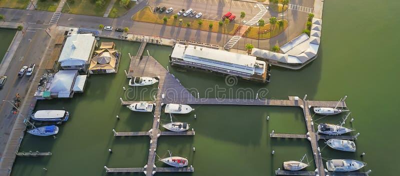 Parcheggio nel Corpus Christi, parte anteriore dell'yacht di vista panoramica della baia del Texas fotografie stock libere da diritti