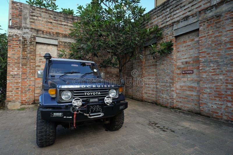 Parcheggio privato dell'automobile di SUV ad una casa con mattoni a vista immagini stock