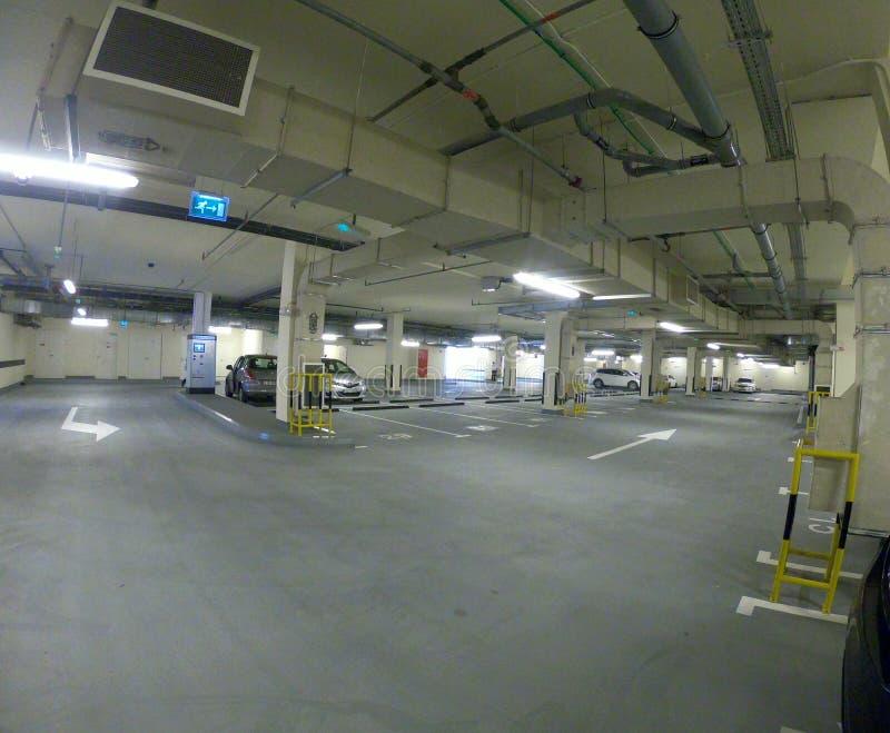 Parcheggio pulito in seminterrato del Dubai fotografie stock libere da diritti