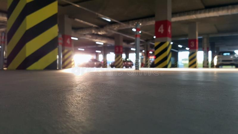 Parcheggio sotterraneo con le automobili un giorno soleggiato fotografia stock
