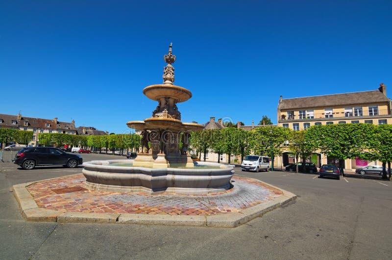 Parcheggio stupefacente con la fontana e gli alberi antichi Dipartimento di Bayeux, Calvados della Normandia, Francia immagine stock