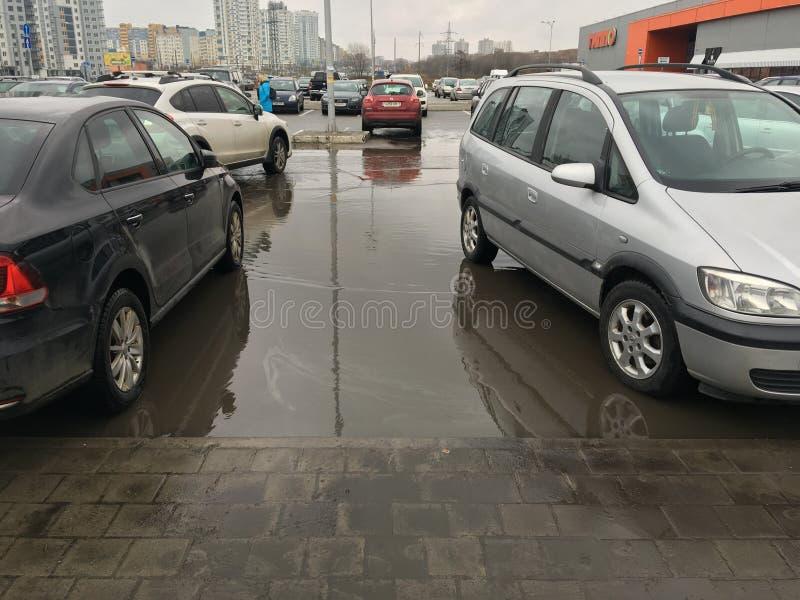 Parcheggio sul parcheggio in città fotografia stock libera da diritti