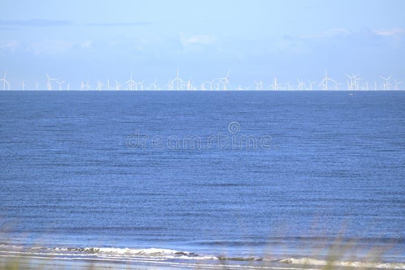 Parchi eolici offshore nel mare del Nord visto dalla spiaggia fotografie stock libere da diritti