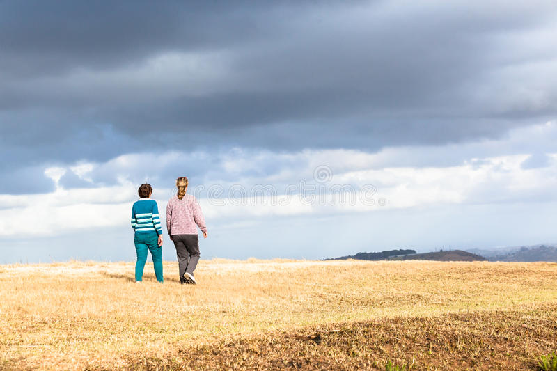 Parchi naturali di camminata della figlia della madre fotografia stock libera da diritti