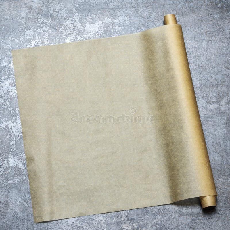 parchment Papel do cozimento no tampo da mesa para um menu ou uma receita, vista superior fotos de stock