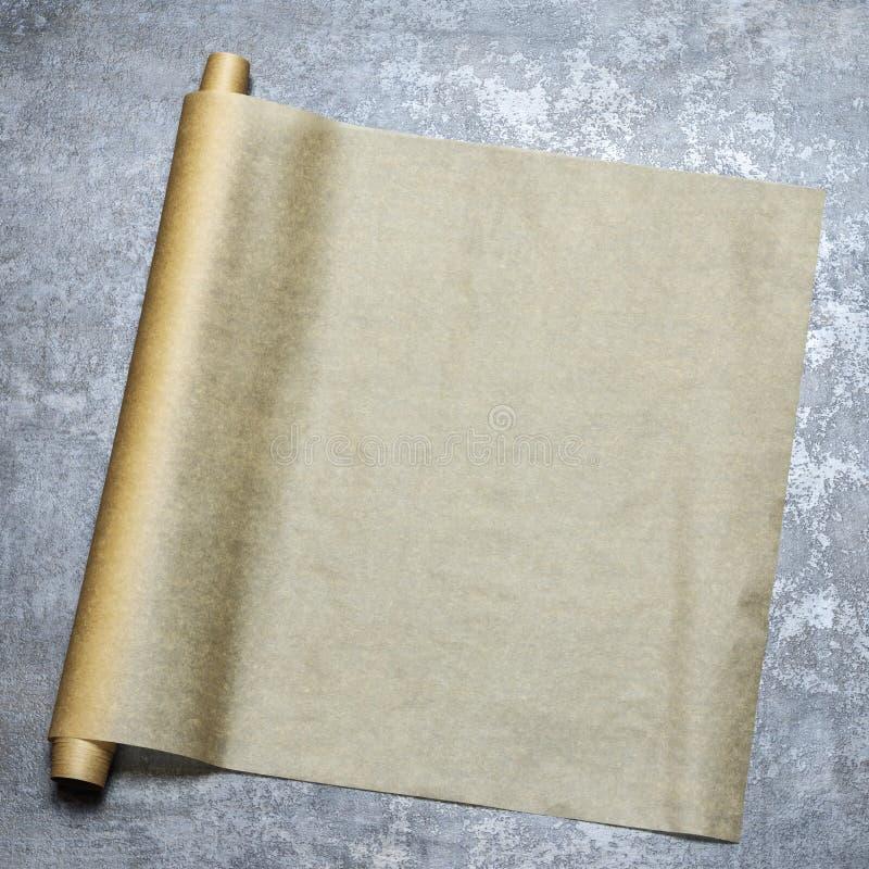 parchment Papel do cozimento no tampo da mesa para um menu ou uma receita, vista superior imagens de stock