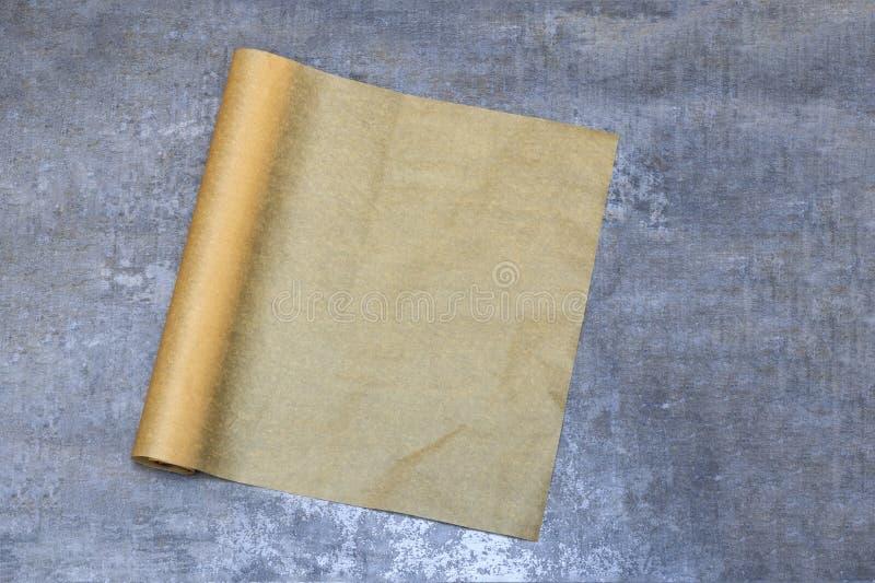 parchment Papel do cozimento no tampo da mesa para um menu ou uma receita, vista superior foto de stock royalty free