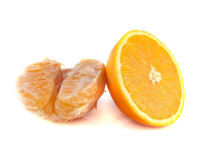 Parcialmente alaranjado cortado com a laranja limpada isolada imagem de stock royalty free
