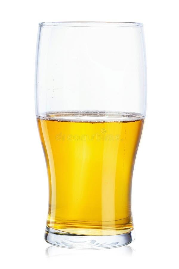Parcialmente um vidro da cerveja em um fundo branco imagens de stock