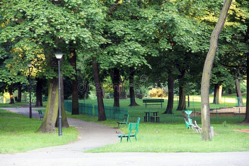 Parco, circondato da un paesaggio verde fotografia stock